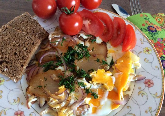 Яєчня із салом та зеленню